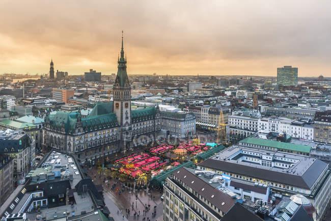 Deutschland, Hamburg, Weihnachtsmarkt am Rathaus am Abend — Stockfoto
