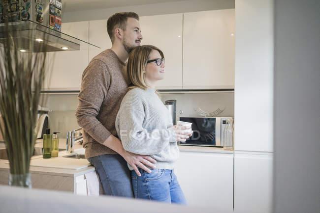 Liebespaar steht zu Hause in Küche — Stockfoto