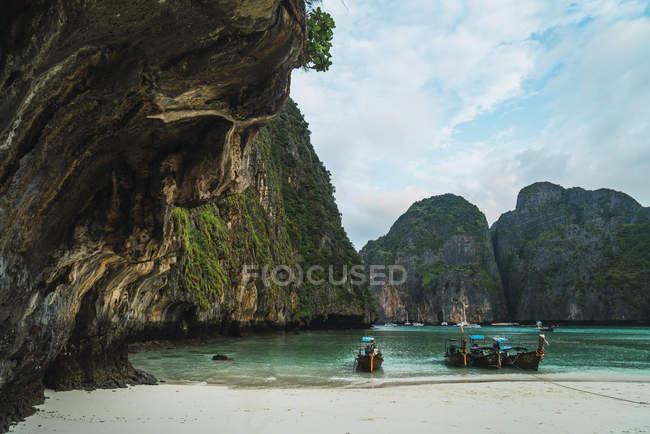 Таїланд, Пхі-Пхі острови, Ко Фі Фі, пришвартовані довгохвості човни в бухті — стокове фото