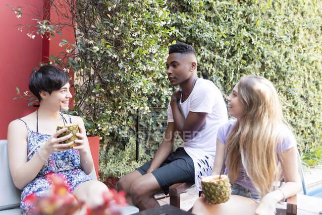 Glückliche Freunde bei einem Drink im Freien — Stockfoto