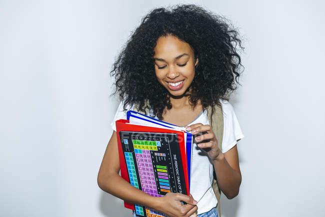 Ritratto di giovane studente con libri e cartelle — Foto stock