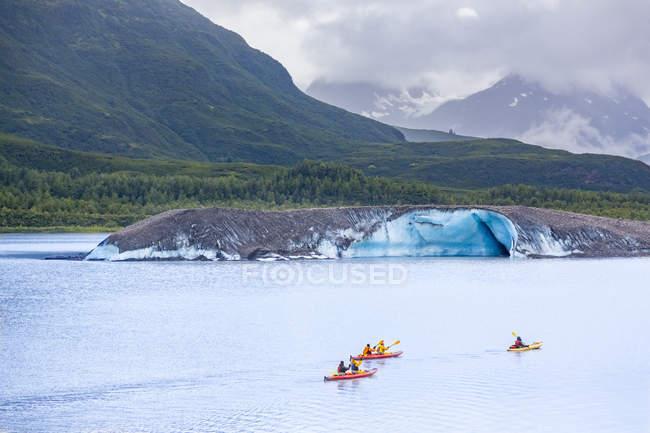 USA, Alaska, kajaks on Valdez Glacier Lake, Valdez Glacier — Stock Photo
