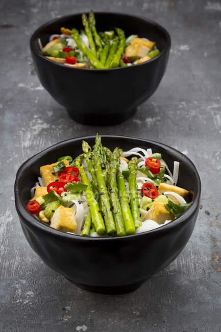 Schüssel veganpad Thai mit Mini-Grünspargel und Tofu, Chili, Frühlingszwiebeln, Erdnuss und Koriander — Stockfoto