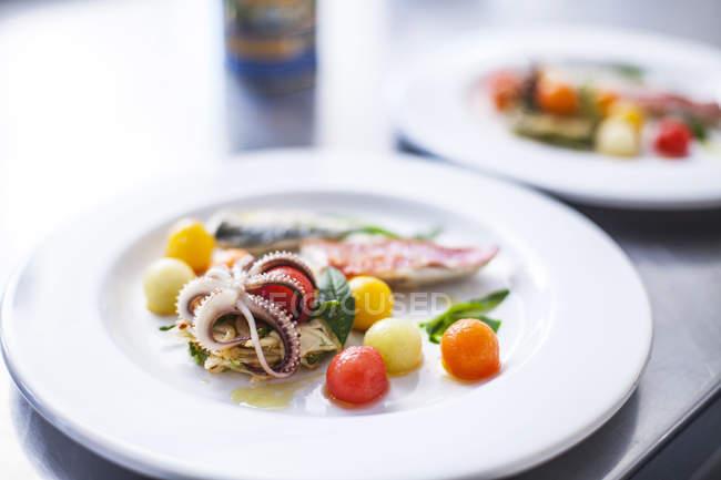 Gericht mit Meeresfrüchten und Gemüse — Stockfoto