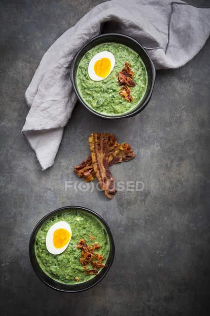 Spinatsuppe mit Ei und Speck — Stockfoto