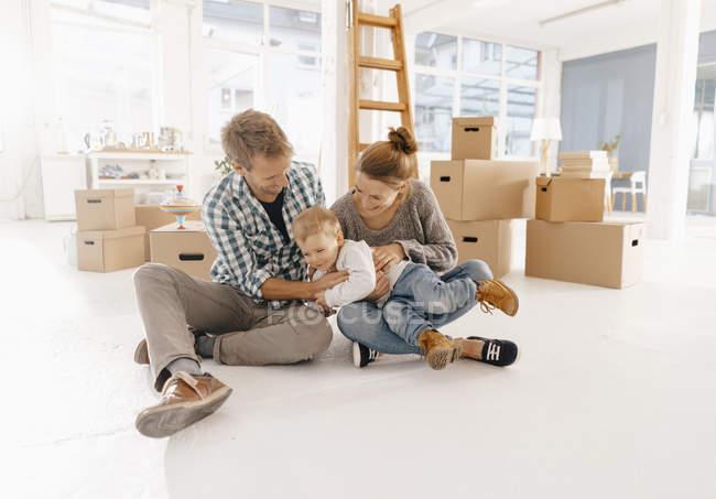Счастливая семья переезжает в новый дом — стоковое фото