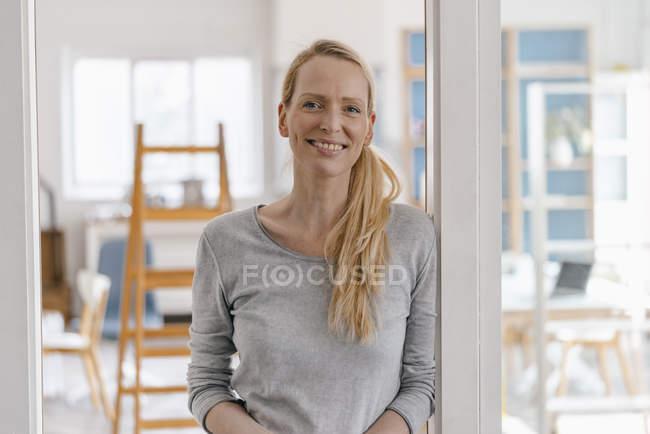 Porträt einer lächelnden Frau in einem Loft — Stockfoto