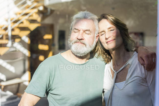 Mature couple with closed eyes enjoying the sunshine — Stock Photo