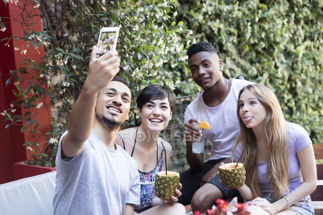 Glückliche Freunde bei Cocktails und einem Selfie im Freien — Stockfoto