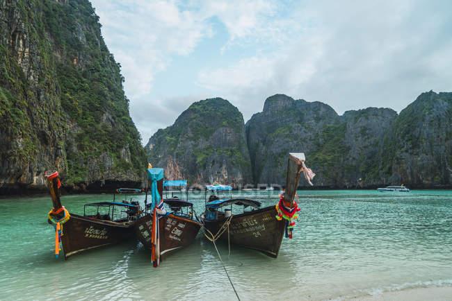 Таїланд, острови Пхі-Пхі, Ко Фі Фі, пришвартовані човни довгохвоста — стокове фото