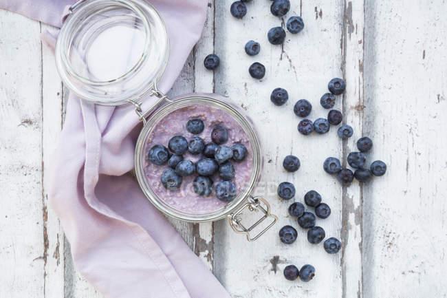 Aveia da noite com uvas-do-monte no frasco — Fotografia de Stock