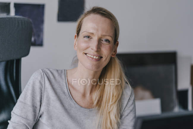 Portrait de femme souriante au bureau — Photo de stock