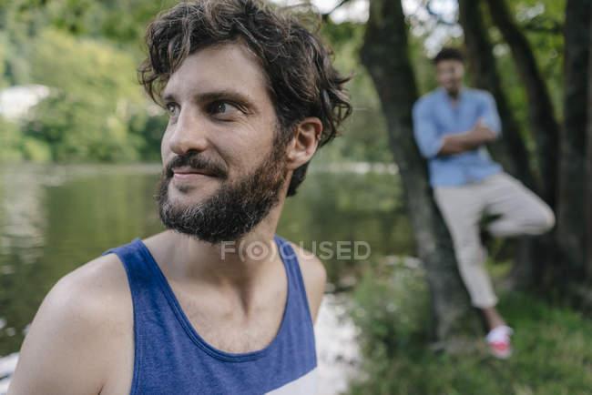 Portrait of man at water looking sideways — Fotografia de Stock