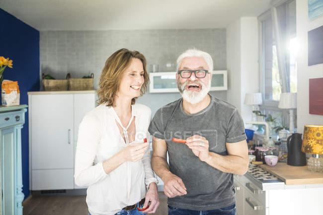 Ridere coppia matura in cucina a casa — Foto stock