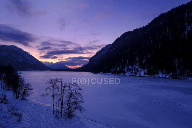 Germany, Bavaria, Isarwinkel, Sylvenstein Dam in winter at sunset — Stock Photo
