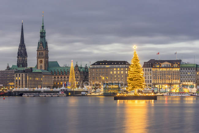 Germany, Hamburg, Jungfernstieg, town hall, St. Nicholas' Church, Christmas tree, Binnenalster in the evening - foto de stock