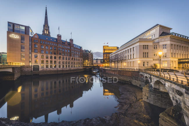 Germany, Hamburg, Hamburg, Hamburg-Altstadt, Nikolai Fleet, Stock Exchange and house of 'Patriotische Gesellschaft' — стокове фото