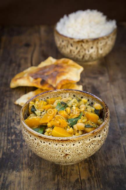 Currygericht mit Blumenkohl, Butternusskürbis, Spinat und Koriander, Papadam und Reis — Stockfoto