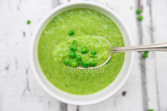 Cuchara de sopa de guisantes y guisantes - foto de stock