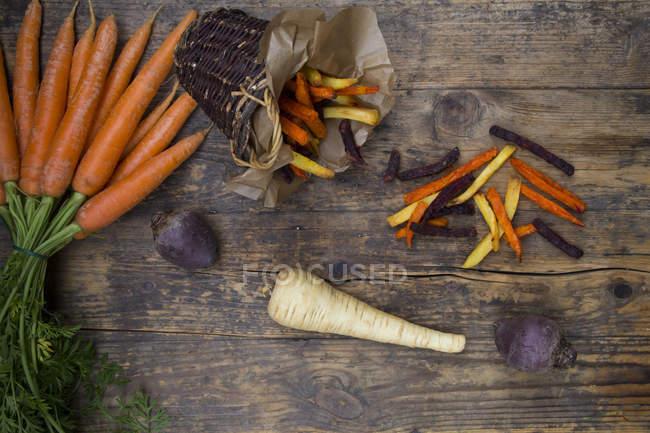 Remolacha ecológica, zanahorias y patatas fritas de chirivía - foto de stock