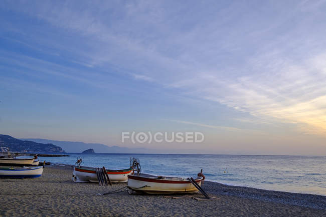 Italien, ligurien, riviera di ponente, noli, Fischerboote am Strand bei Sonnenaufgang — Stockfoto