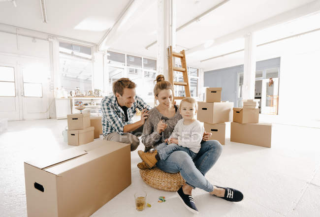 Familia feliz que se muda a un nuevo hogar - foto de stock