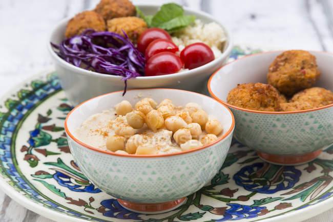 Хумус, сладкие картофельные шарики, кускус и овощи в миске — стоковое фото