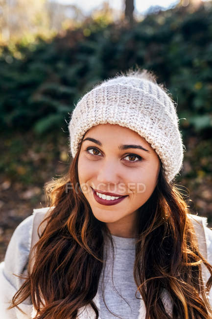 Portrait of a beautiful smiling woman wearing wooly hat — Stock Photo