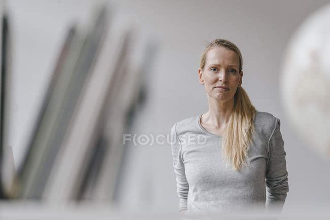 Портрет блондинка глядя на камеру — стоковое фото