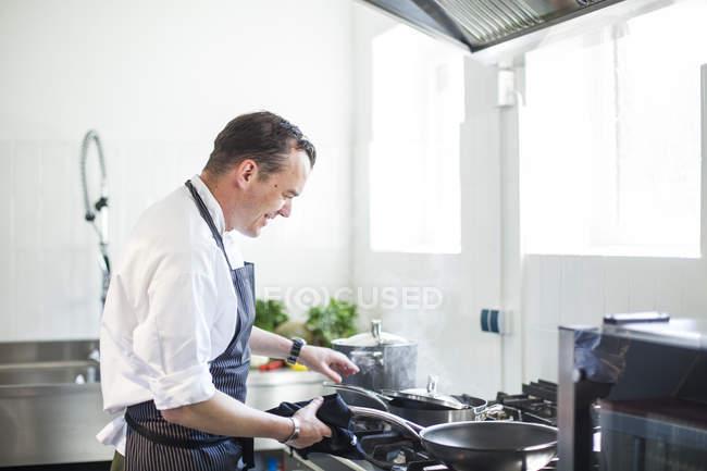 Preparación cocinar en la cocina - foto de stock