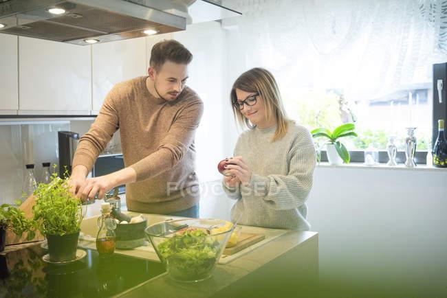 Пара готує салат на кухні разом — стокове фото