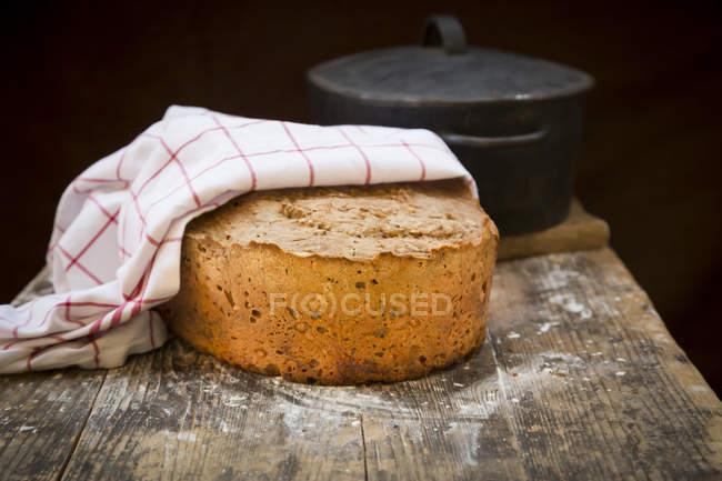 Pan multigrano casero sobre madera, bandeja de tostado - foto de stock