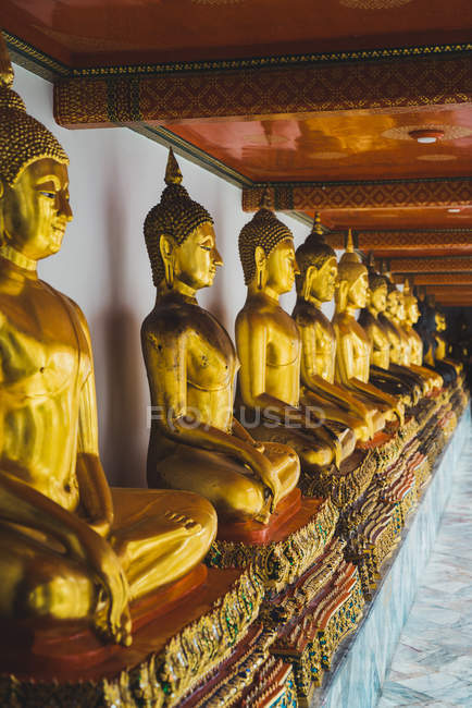 Tailândia, Banguecoque, fileira de estátuas de Buddha no palácio grande — Fotografia de Stock