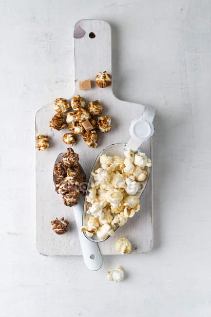 Крупным планом различных видов попкорна — стоковое фото