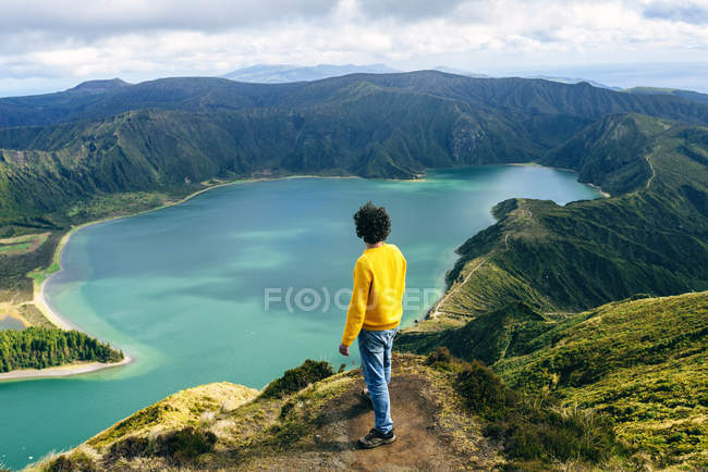 Azores, Sao Miguel, rear view of man looking at the Lagoa do Fogo — Stock Photo