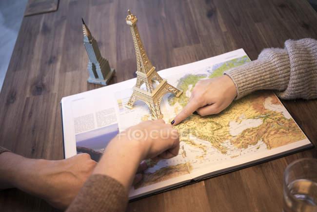 Mani su atlante con modello di torre Eiffel e Empire State Building — Foto stock
