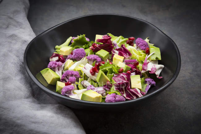 Gemischter Salat, lila Blumenkohl, Avocado und Granatapfelkerne — Stockfoto