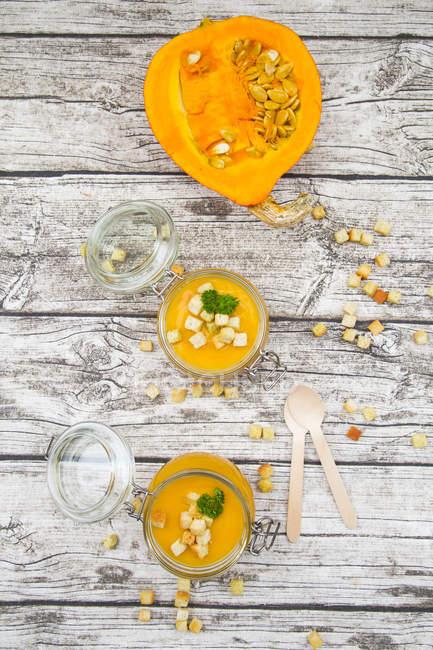Sopa de abóbora com croutons, decorado com salsa nos frascos — Fotografia de Stock