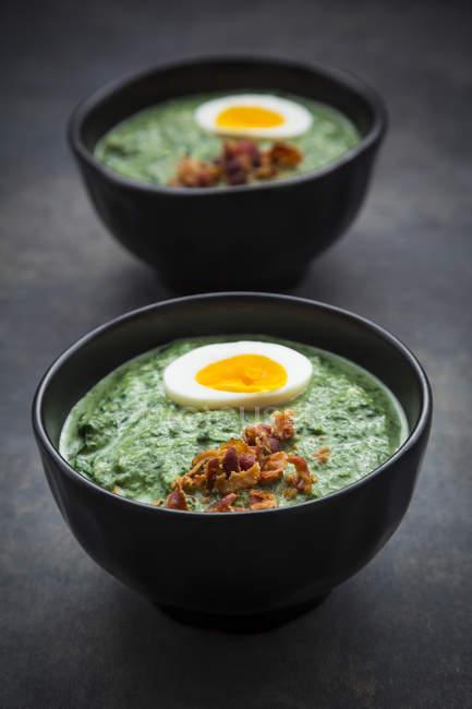 Spinatsuppe mit Eiern und Speck — Stockfoto