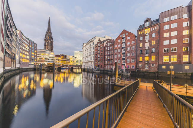 Germany, Hamburg, Nikolai Fleet and St. Nicholas' Church in the evening - foto de stock