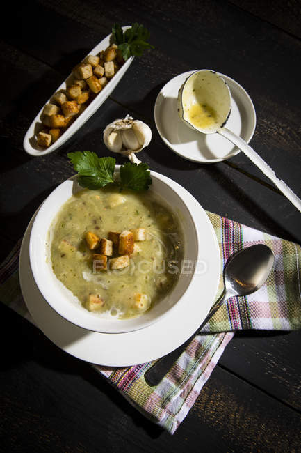 Knoblauchcremesuppe mit Croutons — Stockfoto