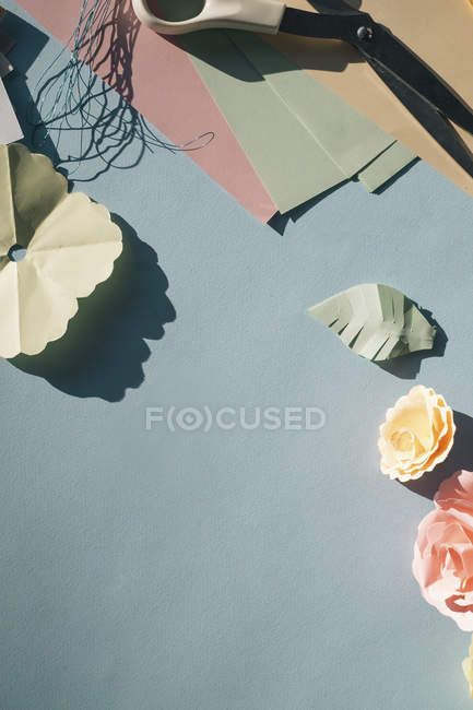 Paper flowers, tinkering on the table — Stock Photo