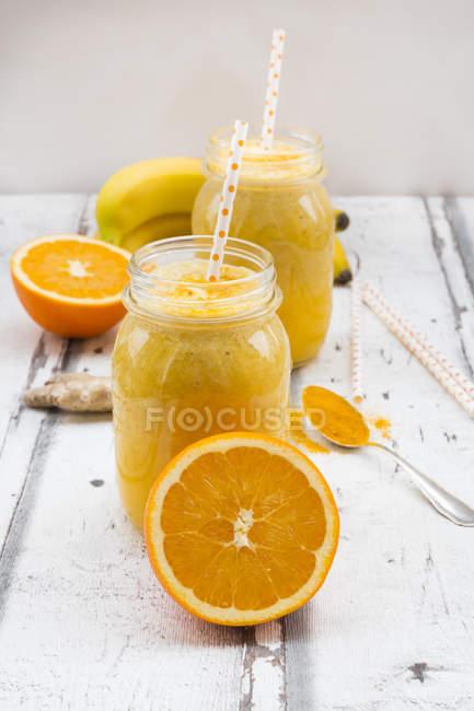 Orangen-Bananen-Smoothie mit Ingwer und Curcuma — Stockfoto