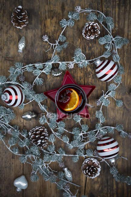 Vino caliente y la decoración de la Navidad - foto de stock