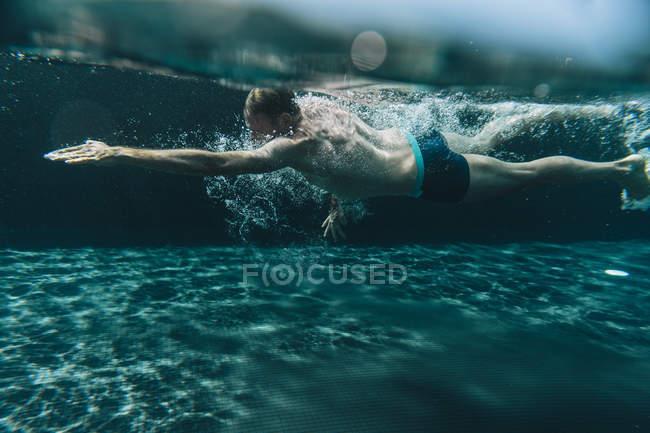 Man swimming in a swimming pool — Stock Photo