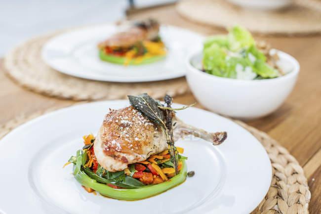 Hühnerbein und Gemüse auf dem Teller — Stockfoto