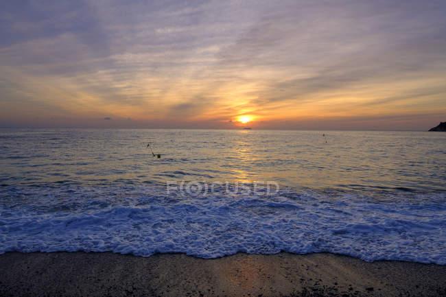 Італія, Лігурія, Рів'єра-ді-Поненте, затока Генуя, Нолі, Sunrise на пляжі — стокове фото