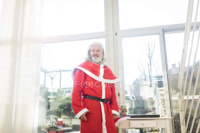 Sorridente uomo maturo barbuto indossare costume di Babbo Natale — Foto stock