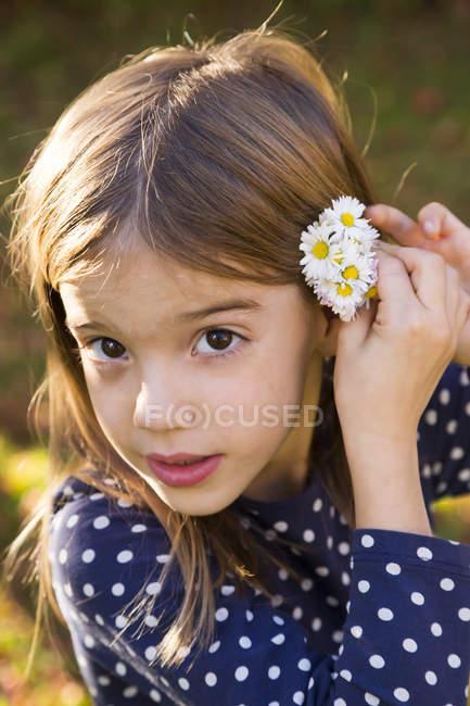 Портрет маленької дівчинки в ромашки — стокове фото