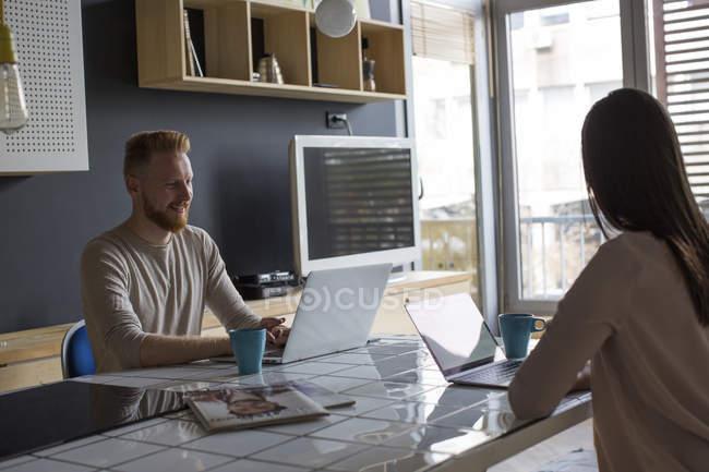 Пара з ноутбуками робота на дому — стокове фото